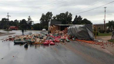 Photo of Perdió toda la carga de tomate al volcar en ruta….